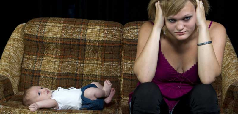 femme stressée avec son bébé - dépression périnatale
