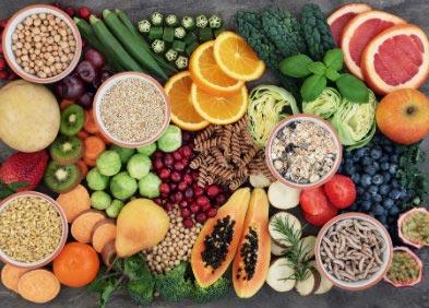 nutrithérapie - table couverte de fruits et légumes