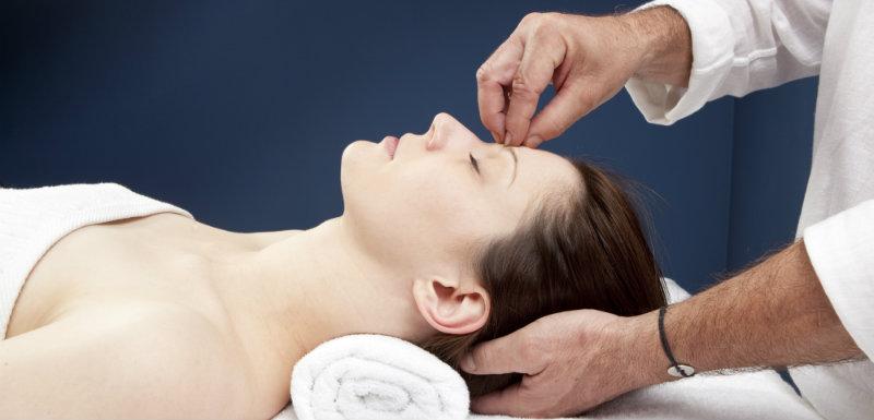 hypnose médicale, une femme allongée se fait hyponotiser