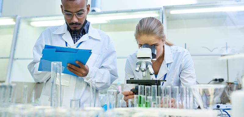 Chercheurs en laboratoire - maladies rares