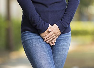 femme se tenant le bas ventre - pelvipéritonite