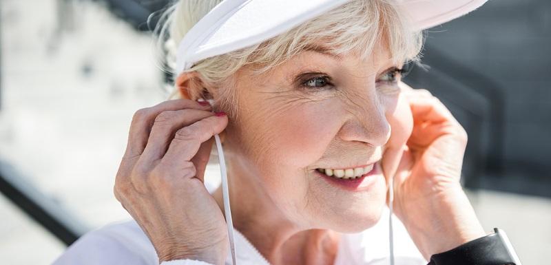 Une personne écoutant de la musique