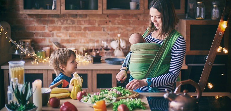 Une maman prépare à manger