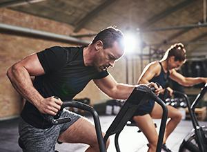 Homme et femme avec équipement sportif
