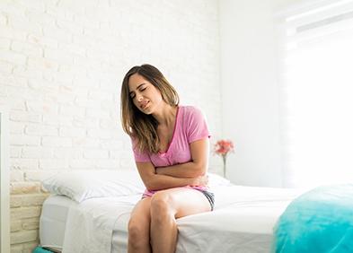 Femme ayant mal au ventre à cause des coliques nephretiques