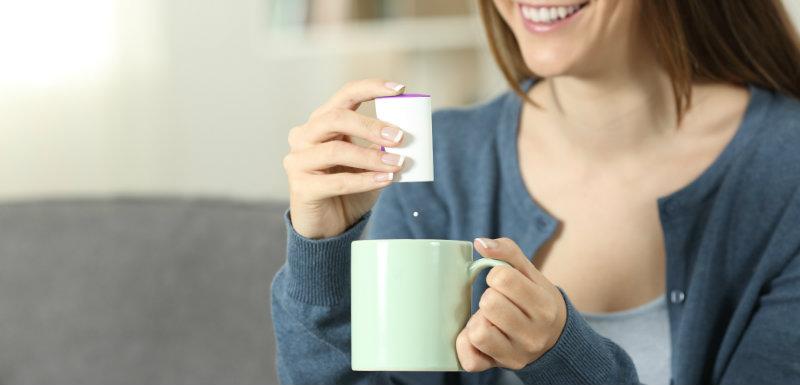 Femme édulcorant mug canapé