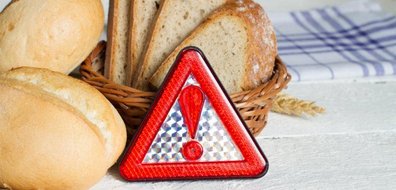 Panneau de signalisation devant du pain pour les intolérants au gluten