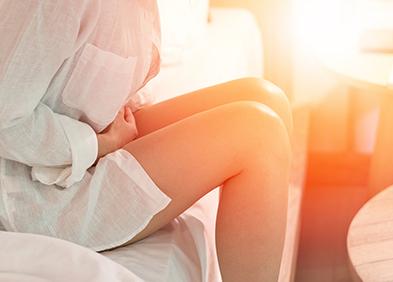 Jeune femme ayant des douleurs au ventre dû aux chlamydia