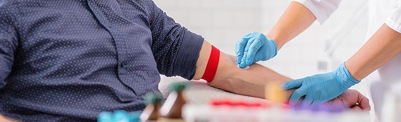 Médecin préparant un patient pour un ionogramme