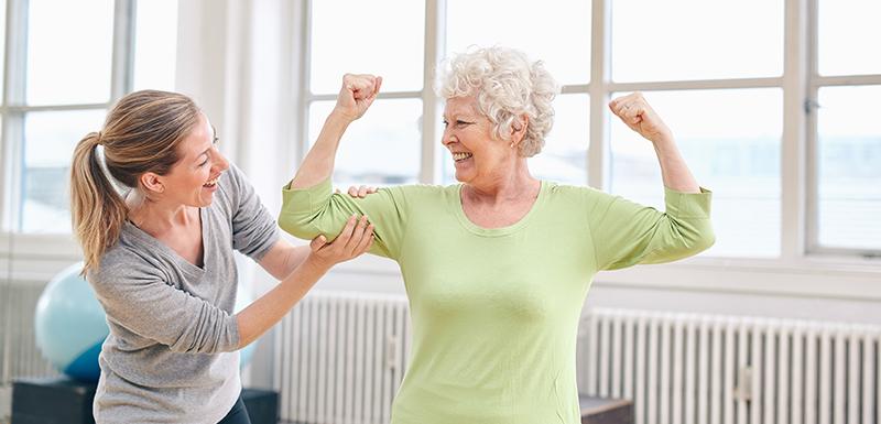 Personne âgée en forme grâce à son microbiote intestinal malgré sa fonte musculaire