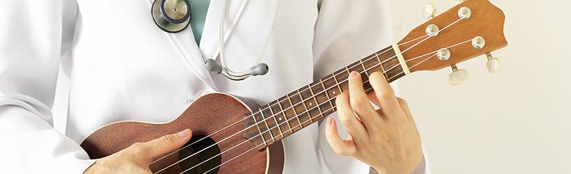 Docteur jouant du Ukulélé pour une musicothérapie