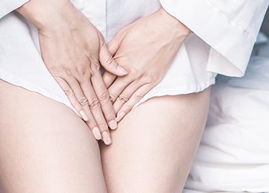 Femme souffrant de douleur à cause de mycose vaginale