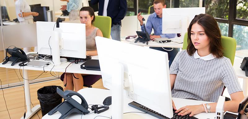 Collaborateurs travaillent devant leurs écrans malgré les risques avec la lumière bleue