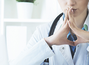 Jeune femme blonde docteure pensive réfléchie douteuse a cause de aphasie