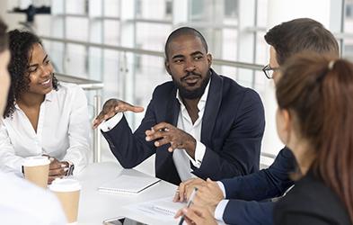 Chef d'équipe noir brief son équipe dans la salle de réunion malgré aphasie