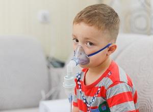 Un enfant ayant des problèmes de respiration