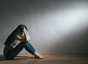Fille ayant des problèmes et en dépression à cause de la dysmorphophobie