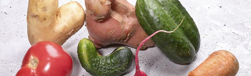 Pile de légumes laids mûrs à cause de la dysmorphophobie