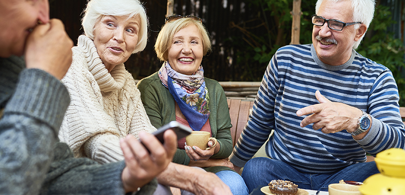 Personnes âgées entre amis avec une bonne espérance de vie