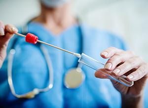 docteur avec échantillon de femme malade infections à streptocoques