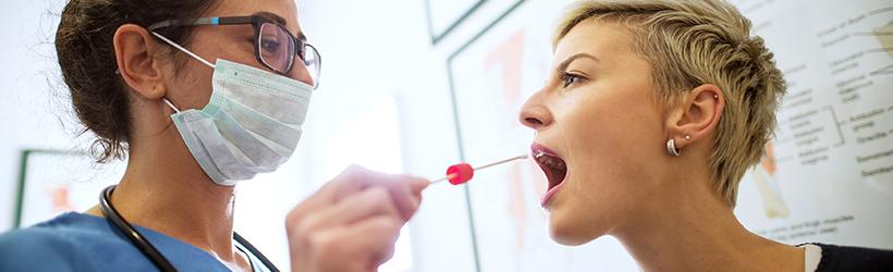 femme medecin masque facial coton tige buccale interieur patiente femme pour verifier infections à streptocoques