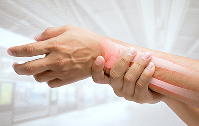 massage du poignet à cause des rhumatismes