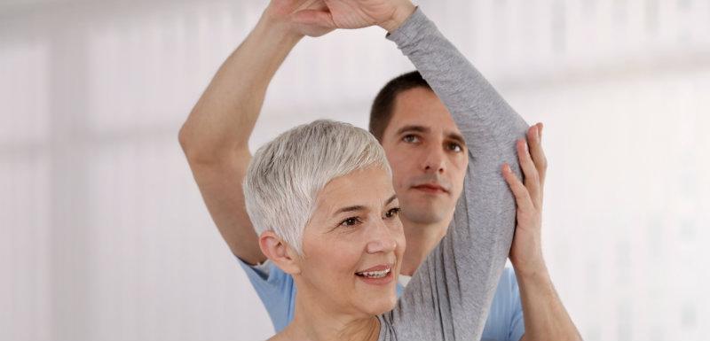 Réeducation du bras d'une personne âgée par un praticien