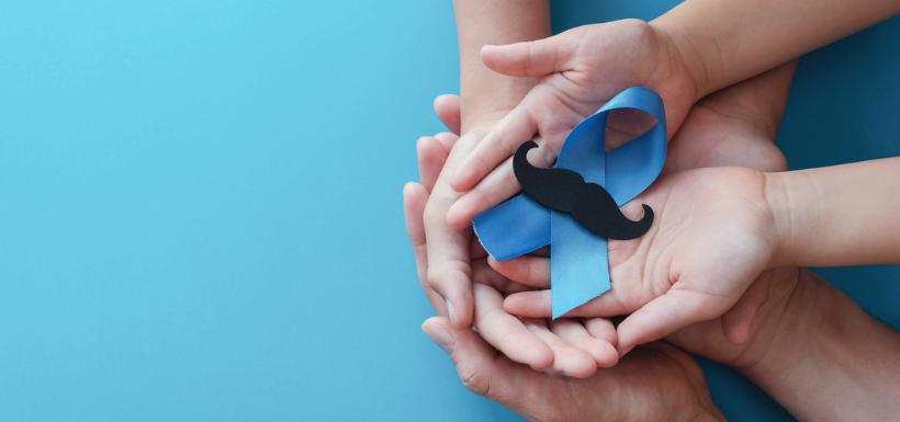 Mains qui tiennent le ruban du cancer de la prostate, ornée d'une moustache