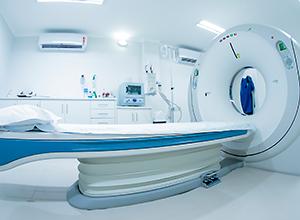 Scanner CT dans une chambre d'hôpital pour un tomographe et trouver une dermatomyosite