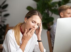 femme d'affaires qui est fatigué car elle s'ennuie au travail à cause du stress