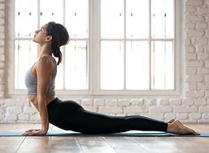 Jeune femme sportive faisant du yoga pour combattre le stress