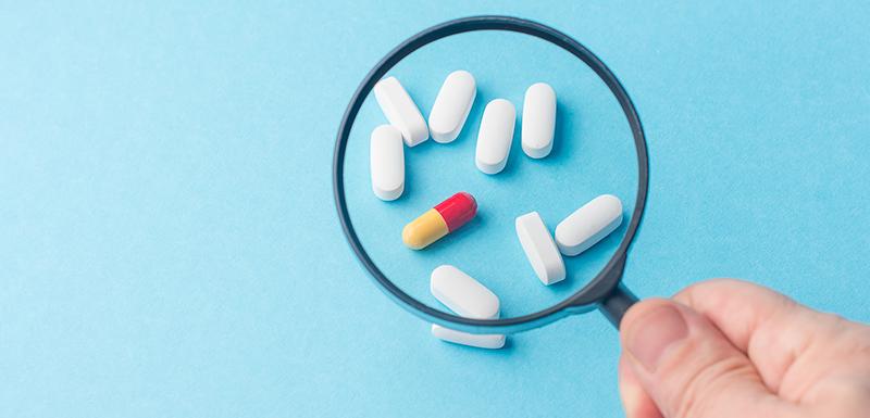 Tests pharmaceutiques et de médicament grâce à une loupe pour confirmer la berberine
