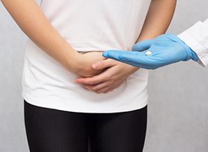 Docteur tenant dans sa main une pilule anesthésique pour menstruer une fille contre la douleur de la grossesse extra-utérine