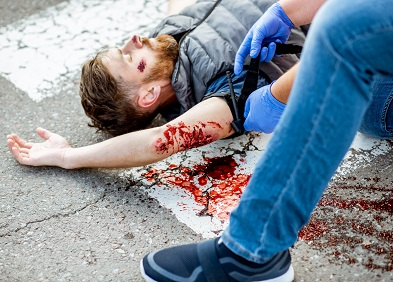 Homme allongé sur le sol ayant des hémorragies et ecchymoses au bras
