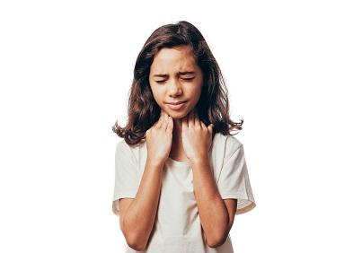 jeune fille qui a mal a la gorge