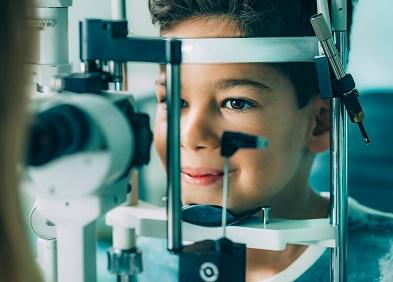 enfant qui passe un bilan d'ophtalmologie