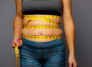 Syndrome métabolique - Une femme mesure son obésité