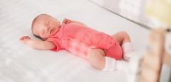 Le couchage dorsal du bébé: recommandé contre la MSN