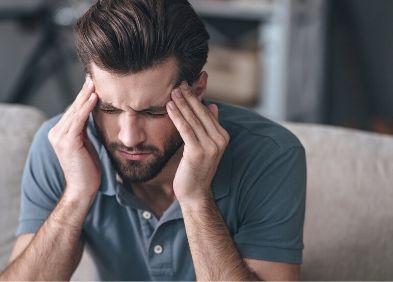 Jeune femme souffrant de migraine