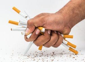 Main qui écrase une dizaine de cigarettes (qui est la première cause de l'emphysème pulmonaire)