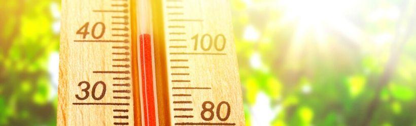Thermomètre indiquant plus de 100°C sous une forte luminosité de soleil