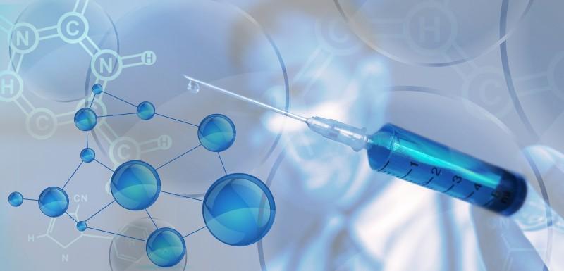 Piqure pour vaccin avec liquide bleu.