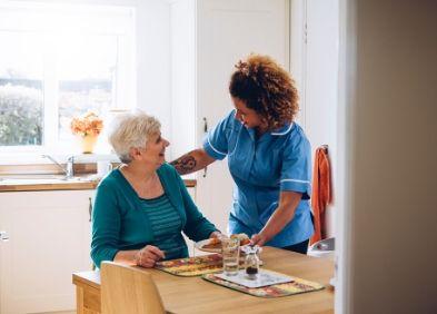 Dame qui vient aider une senior chez elle