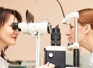 Jeune femme chez un ophtalmologiste pour diagnostiquer des troubles visuels