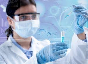 Professionnel de santé réalisant des tests