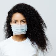 Femme portant un masque médical