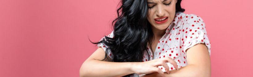 Jeune fille qui se gratte la peau sur le bras