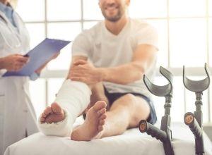 patient avec une frature à la jambe près de son médecin
