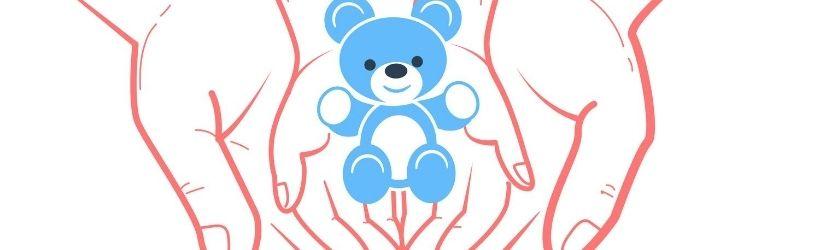 Illustration d'un nounours bleu dans les mains d'un enfant, dans les mains d'un adulte