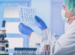 Scientifique qui analyse une séquence d'ADN